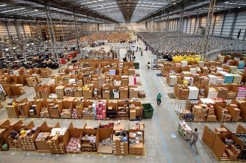 một trong những xưởng sản xuất hàng hóa tại Trung Quốc đang vận hành và sản xuất sản phẩm